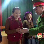 Phòng CS PCCC số 5 tặng quà cho các hộ nghèo ở Đô Lương
