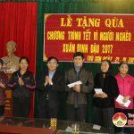 Lãnh đạo huyện Đô Lương thăm, tặng quà bà con giáo dân có hoàn cảnh khó khăn.