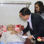 Các đồng chí lãnh đạo huyện thăm, tặng quà chúc tết các bệnh nhân đang điều trị tại bệnh viện Đa khoa huyện Đô Lương.