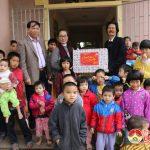 Đồng chí Nguyễn Thị Anh Quang – Phó chủ tịch UBND huyện thăm tặng quà chúc tết các đơn vị và những người cao tuổi tiêu biểu và các hộ nghèo.