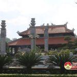 Nhiều du khách và nhân dân đến dâng hương, dâng hoa tại di tích lịch sử Quốc gia Truông Bồn Mỹ Sơn.