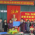 Các cựu học sinh thăm, tặng quà tại trường THCS Lý Nhật Quang