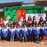 Trung tâm trắc địa và bản đồ Việt Nam tặng quà  và áo ấm đồng phục cho học sinh trường Tiểu học 2 xã Đại Sơn, huyện Đô Lương