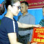 49 suất quà được trao cho người khuyết tật và trẻ mồ côi