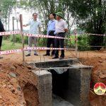 Đồng chí Ngọc Kim Nam – Chủ tịch UBND huyện kiểm tra việc thi công các tuyến giao thông.