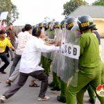 Công an Đô Lương: Diễn tập thực binh giải quyết tình huống tụ tập đông người gây rối an ninh trật tự.