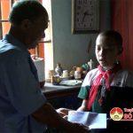 Ông Tăng Văn Tâm – Chủ tịch hội khuyến học huyện thăm, tặng quà học sinh có hoàn cảnh khó khăn