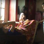 Thương tâm, hai anh em nghèo chăm sóc bà ngoại nằm một chỗ