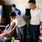 """Đồng chí Ngọc Kim Nam – Chủ tịch UBND huyện và nhóm """"Đô Lương chia sẻ yêu thương"""" thăm, tặng quà các gia đình đặc biệt khó khăn bị bệnh hiểm nghèo."""