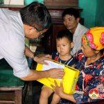 Đồng chí Ngọc Kim Nam – Chủ tịch UBND huyện thăm, tặng quà các trẻ em tật nguyền.