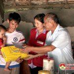 Đồng chí Trương Hồng Phúc – Bí thư huyện uỷ thăm, tặng quà cho trẻ em tật nguyền, có hoàn cảnh khó khăn