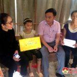 Đồng chí Nguyễn Thị Anh Quang – Phó chủ tịch UBND huyện thăm, tặng quà học sinh nghèo xã Minh Sơn