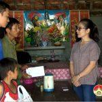 Đồng chí Nguyễn Thị Anh Quang – Phó chủ tịch UBND huyện tặng quà cho các em có hoàn cảnh khó khăn