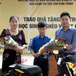 Đại lý xe đạp điện Tiến Nam trao xe cho học sinh nghèo trường THCS Nguyễn Văn Trỗi.