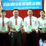 BHXH Đô Lương trao sổ cho người lao động