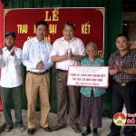 """Ban vận động quỹ """" vì người nghèo"""" huyện Đô Lương tổ chức trao tặng nhà đại đoàn kết và bò tới các gia đình có hoàn cảnh khó khăn."""