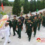 Các đại biểu Đại hội Cựu chiến binh huyện dâng hương  tại nghĩa trang liệt sỹ.
