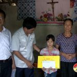 Đồng chí Lê Minh Giang tặng quà cho các cháu có hoàn cảnh khó khăn nhân ngày quốc tế thiếu nhi 1/6