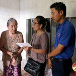Đồng chí Nguyễn Thị Anh Quang – Phó chủ tịch UBND huyện tặng quà anh Lê Danh Hiếu bị tai nạn giao thông