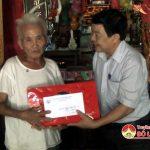Lãnh đạo huyện thăm, tặng quà gia đình chính sách nhân ngày 27/7
