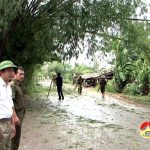 Đồng chí Hoàng Văn Hiệp – Phó chủ tịch UBND huyện kiểm tra thiệt hại bão số 2.