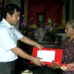 Đồng chí Hoàng Văn Hiệp – Phó chủ tịch UBND huyện thăm, tặng quà 27/7