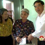 Đồng chí Hoàng Viết Đường – Phó chủ tịch HĐND tỉnh thăm, tặng quà các gia đình chính sách nhân ngày 27/7