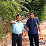 Đồng chí Ngọc Kim Nam – Chủ tịch UBND huyện kiểm tra tiến độ xây dựng đường giao thông đầu cầu Đò Mượu