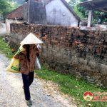 Bà Nguyễn Thị Thiệng hơn 80 tuổi nuôi 2 con gái bị bệnh.
