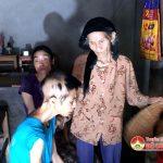 Hơn 80 tuổi nuôi 2 con gái bị bệnh.