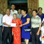 Ngân hàng CSXH tỉnh tặng quà và sổ tiết kiệm 45 triệu đồng cho các mẹ Việt Nam anh hùng ở Đô Lương