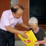 Ngân hàng chính sách Đô Lương tặng quà cho các thân nhân liệt sỹ