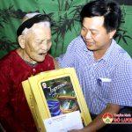 Trường trung cấp kinh tế – Kỹ thuật Tây Nam Nghệ An trao tặng quà mẹ Việt Nam anh hùng