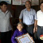 Xã Nam Sơn tổ chức trao huy hiệu Đảng cho các đảng viên