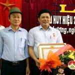 Đảng bộ cơ quan UBND huyện trao huy hiệu 30 năm tuổi Đảng