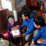 Trung ương Đoàn và tỉnh Đoàn Nghệ An trao quà cho bà mẹ Việt Nam anh hùng và hội cựu thanh niên xung phong có hoàn cảnh khó khăn