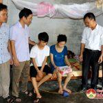 Đài Truyền thanh – Truyền hình trao tiền hỗ trợ em Trần Quốc Huy