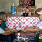 Hội nạn nhân chất độc da cam/Đioxin huyện Đô Lương  trao quà cho hội viên