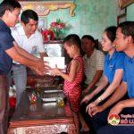 """Nhóm """"Đô Lương – chia sẻ yêu thương"""" trao quà  cho giáo viên và học sinh có hoàn cảnh khó khăn"""