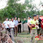 Hội nông dân tỉnh và huyện trao dê cho hội viên tại xã Hiến Sơn