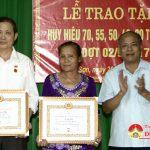 Đồng chí Trương Hồng Phúc trao huy hiệu Đảng tại xã Nam Sơn và Bắc Sơn.