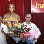 Đảng bộ Khối Dân tổ chức lễ trao huy hiệu Đảng cho Đảng viên 40 năm tuổi đảng.