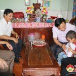 Đồng chí Ngọc Kim Nam – Chủ tịch UBND huyện  thăm và tặng quà các cháu mồ côi ở xã Thượng Sơn