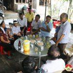 Đồng chí Bí thư huyện uỷ thăm và tặng quà 2 gia đình có người bị chết đuối