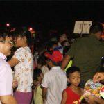 Đồng chí Ngọc Kim Nam – Chủ tịch UBND huyện trao quà trung thu ở xã Mỹ Sơn