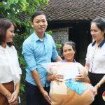 Nhóm Đô Lương chia sẻ yêu thương trao tiền giúp đỡ 2 gia đình có hoàn cảnh khó khăn