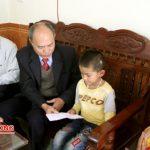 Hội khuyến học huyện trao tiền hỗ trợ cho em Nguyễn Viết Anh.