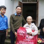 """Nhóm """"Đô Lương – Chia sẻ yêu thương"""" tặng quà cho giáo viên  có hoàn cảnh khó khăn và các gia đình nghèo"""