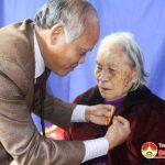 Thường trực huyện ủy trao huy hiệu 70 năm tuổi Đảng