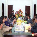 Đồng chí Ngọc Kim Nam thăm, tặng quà giáo xứ Cẩm Sơn và cán bộ vùng giáo.